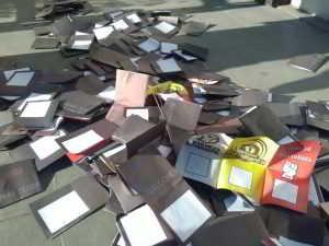Papeletas marcadas tiradas en el patio de la facultad